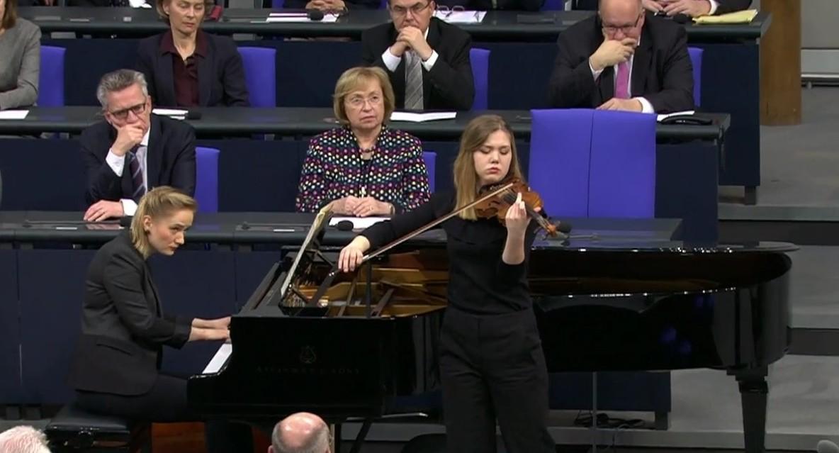 Judith spielt im Bundestag